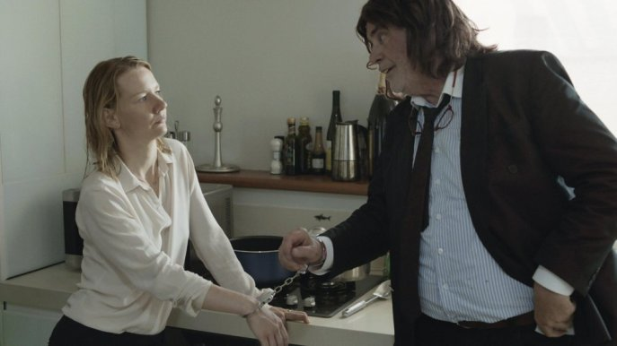 toni-erdman-2016-003-peter-simonischek-and-sandra-huller-handcuffed-together-twoshot-ORIGINAL